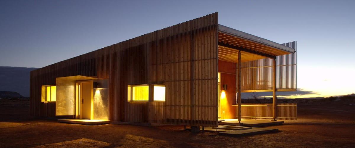 Fachada con madera en pergolado exterior.