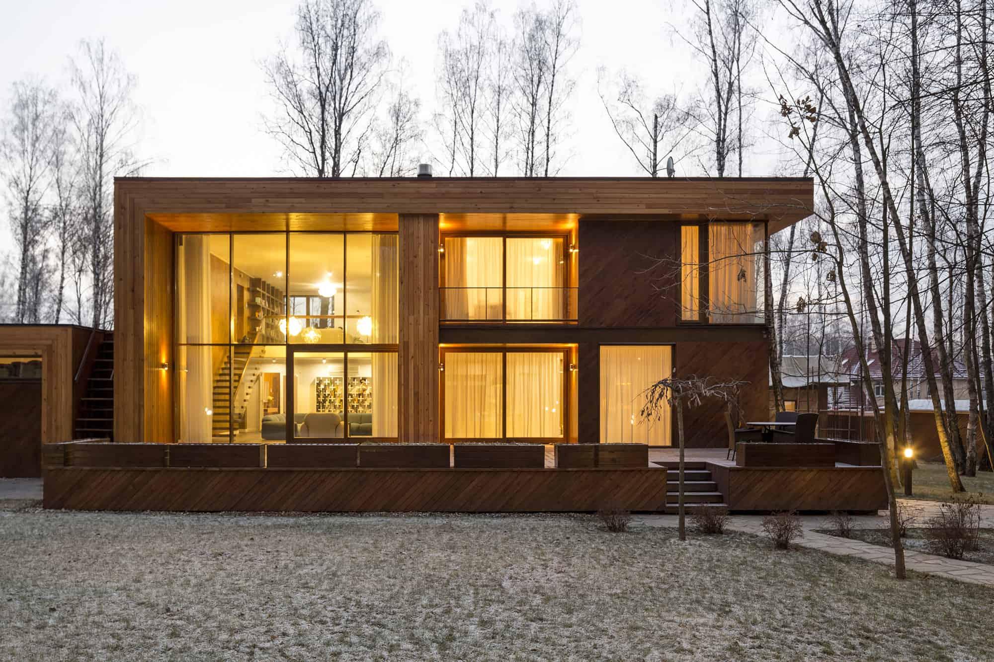 Fachada moderna con vidrio y madera.