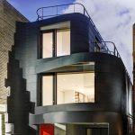Los listones ondulan la fachada provocando la sensación de movimiento.