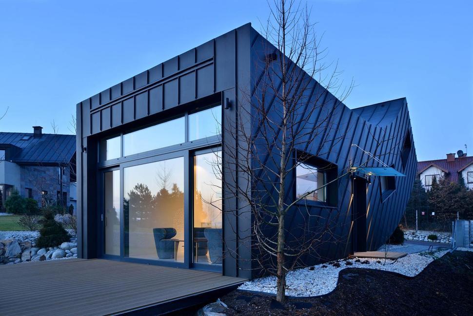 Fachadas modernas con líneas rectas y curvas.