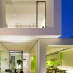 El color verde le da el toque de decoración a esta casa pequeña moderna.
