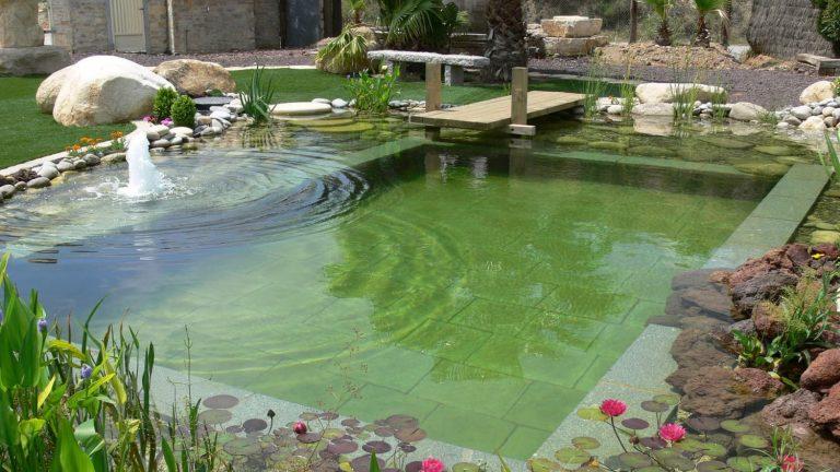 Las piscinas naturales requieren menos mantenimiento.