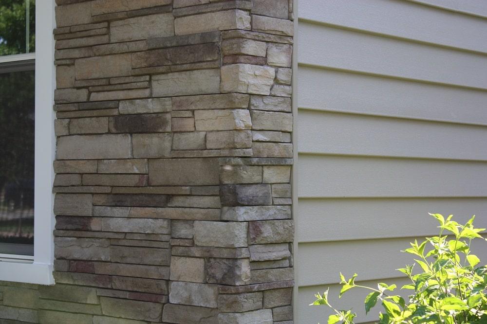 Detalle de frente de casas con piedras falsa.