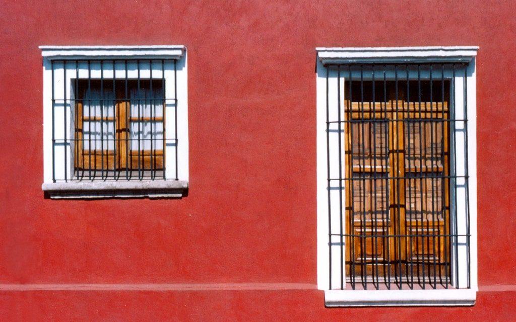 Fachada colonial con ventanas con forja.