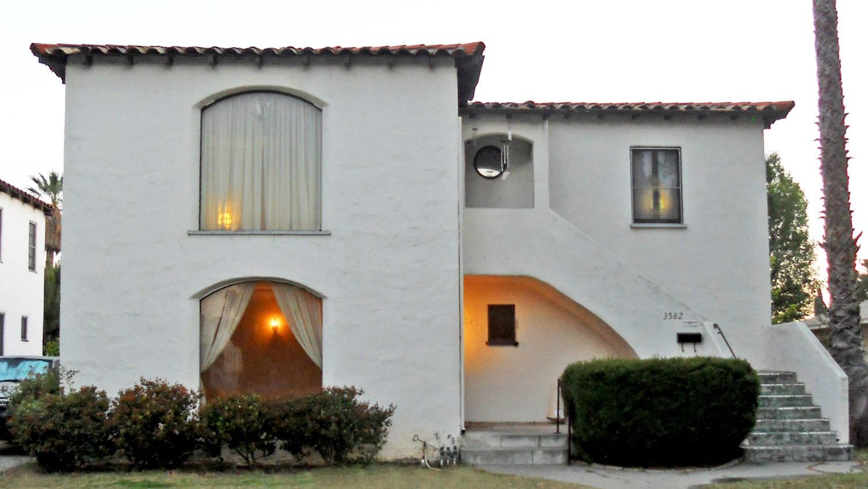 Sencilla fachada de casa colonial moderna.