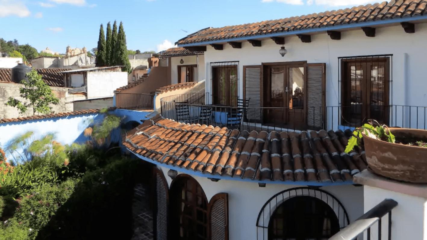 Las casas estilo colonial, adaptan terrazas con hermosa vegetación.