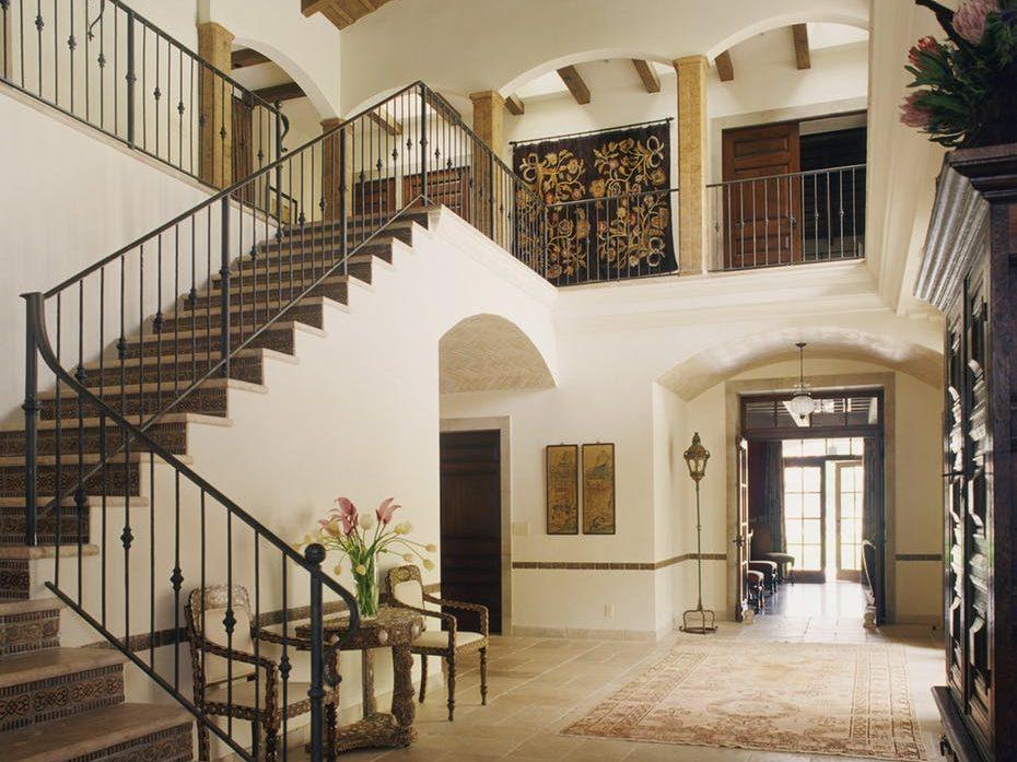 Hermoso acceso a casa colonial moderna.