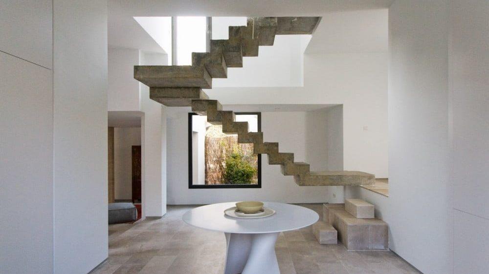 Escalera flotada construida en concreto