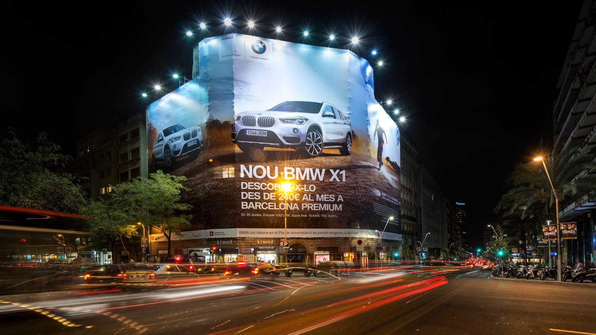 Fachadas de edificios que se transforman con publicidad.