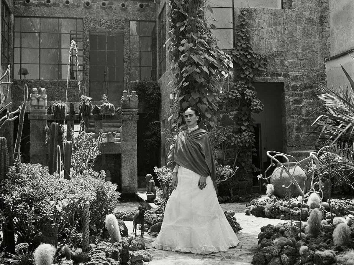 Frida Kahlo en el jardín de la Casa Azul.