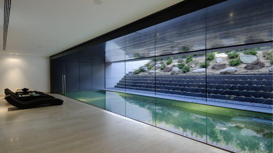 Piscina interior de casa moderna.