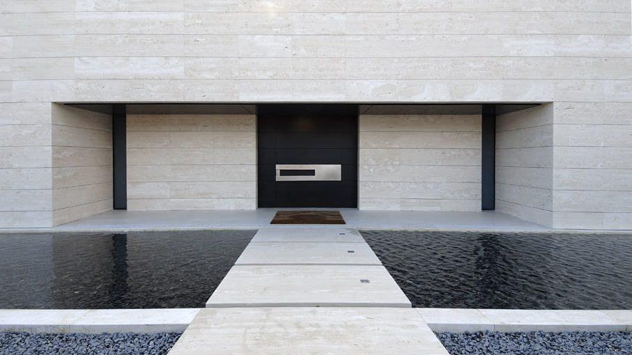 Fachada de casa minimalista moderna.
