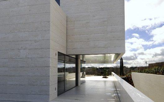 Diseño de casa minimalista. Acceso lateral al jardín posterior.
