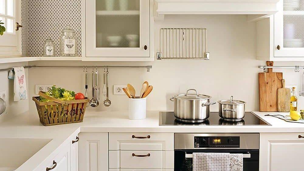Cocinas pequeñas modernas en color blanco.