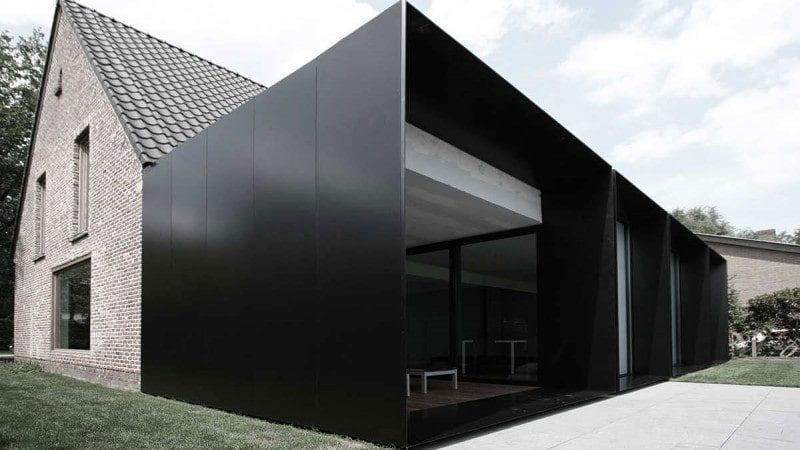 Impactante fachada negra de acero y vidrio