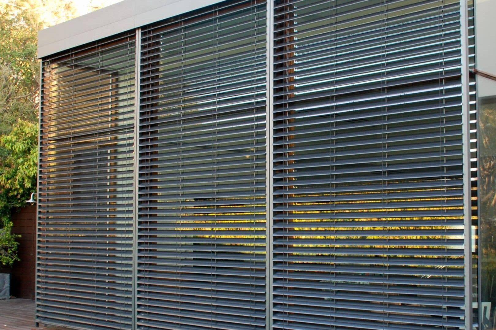 Persiana metálica como protección de ventanas.