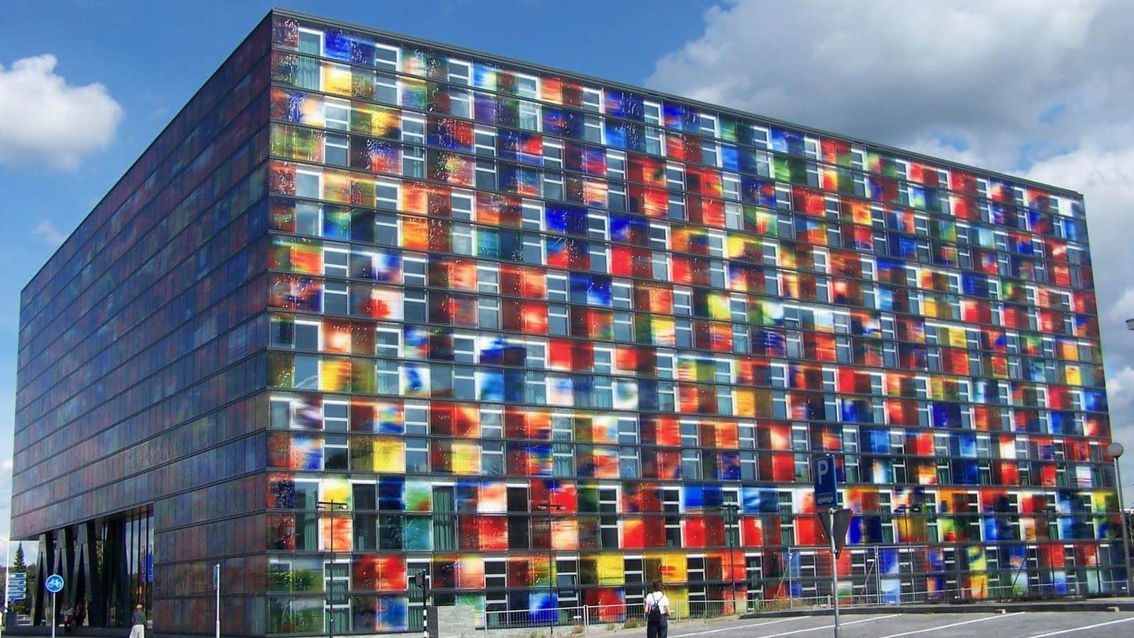 Instituto Holandés de sonido y visión, es una pantalla gigante. Fachadas originales.