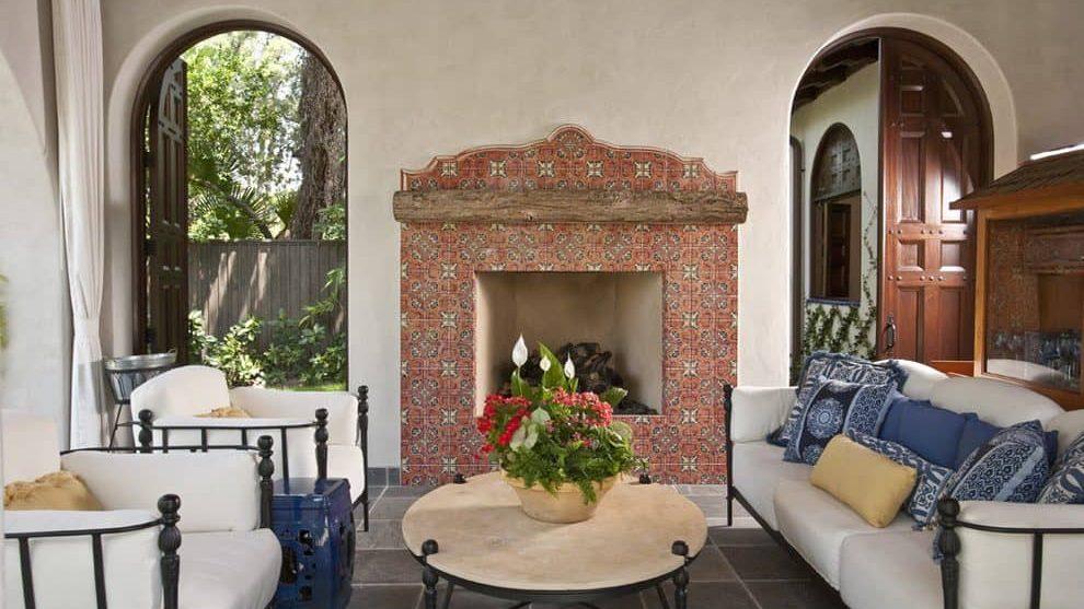 El mobiliario en textiles ligeros y colores claros viste cualquier casa colonial.
