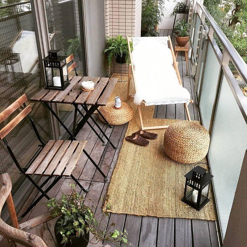 Una pequeña alfombra y muebles plegables son ideales para decorar balcones pequeños
