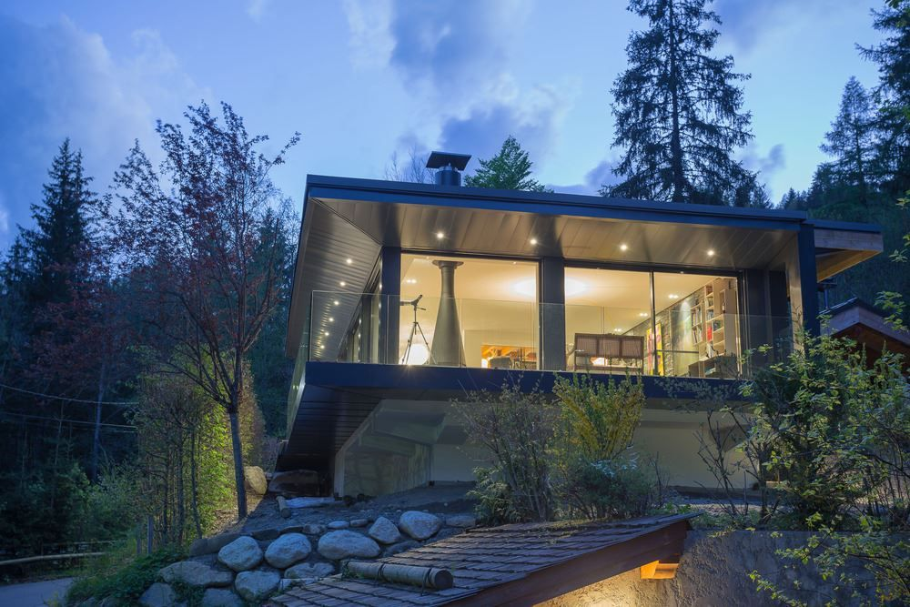 Cabaña de descanso con fachadas de vidrio.