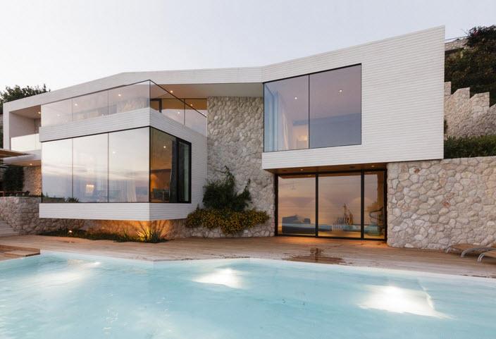 Fachada de casa con piedra y vidrio.