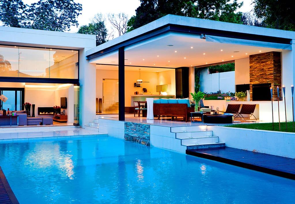 Tipos de fachadas de casas, con vidrio y alberca